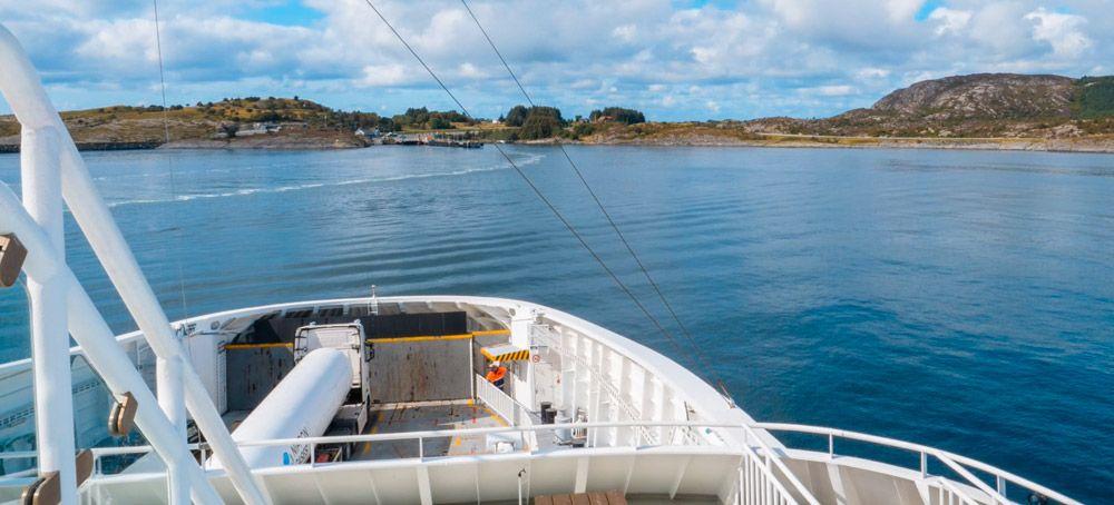Popa del ferry que navega por el fiordo hasta Odda