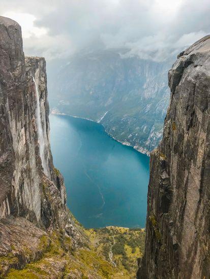 Maravillosa vista al abismo desde la roca flotante