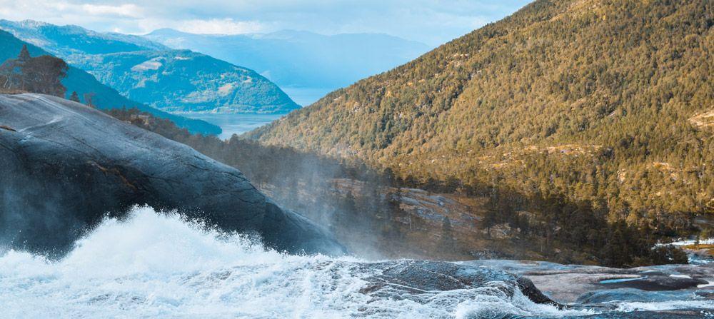 Casacadas de Husedalen con el fiordo de Kinsarvik de fondo