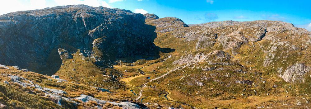 Paisaje montañoso de la subida a Kjerag