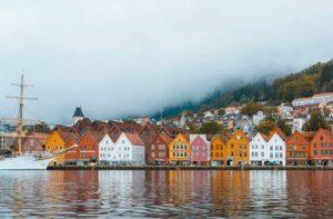 Puerto de Bergen con las casas pintadas de fondo un día nublado