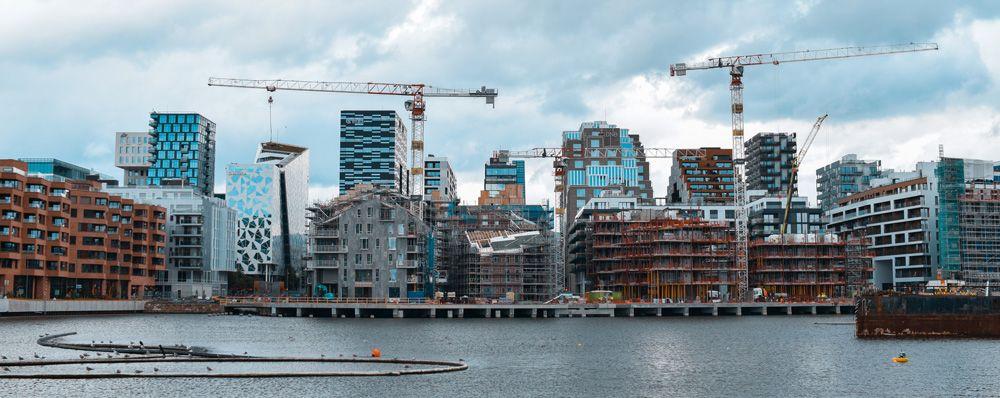 Skyline de los edificios de Oslo desde su puerto