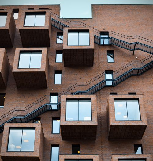 Curiosa fachada de un edificio de estilo minimalista de Oslo