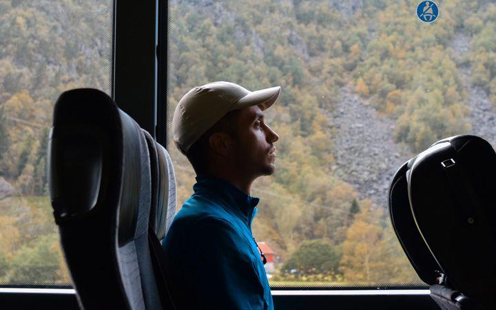 Chico en el bus de viaje por Noruega