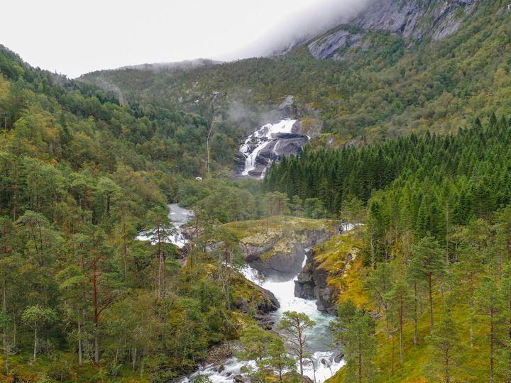Gran cascada en Husedalen con un paisaje muy verde