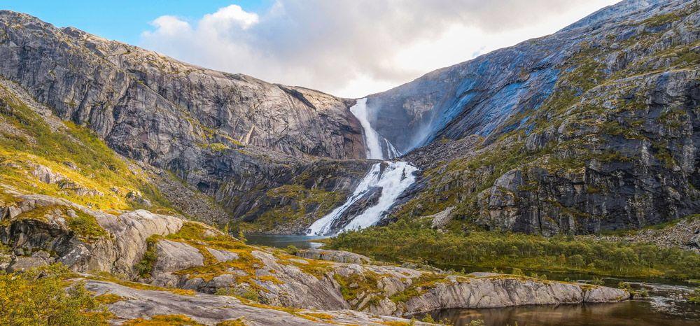 Gran paisaje en Husedalen con la cascada de fondo