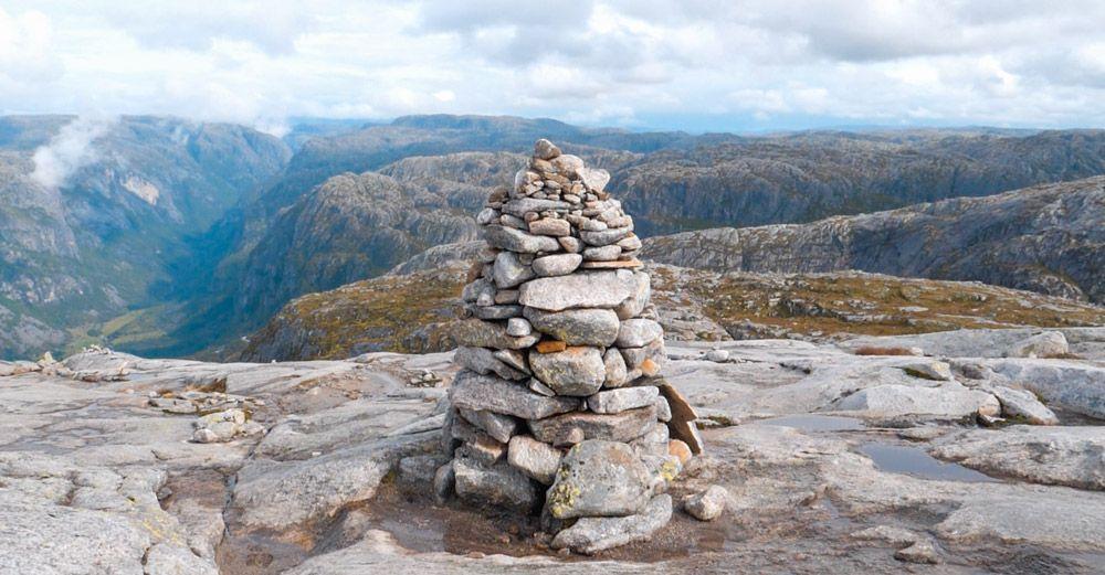 columna de piedras en el camino de Kjerag