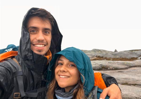Eli y Èric contentos por haber llegado a Kjeragbolten