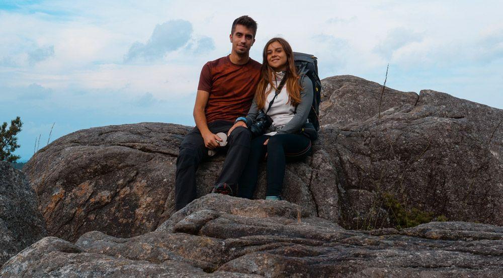 dos personas sentadas en la excursión de preikestolen