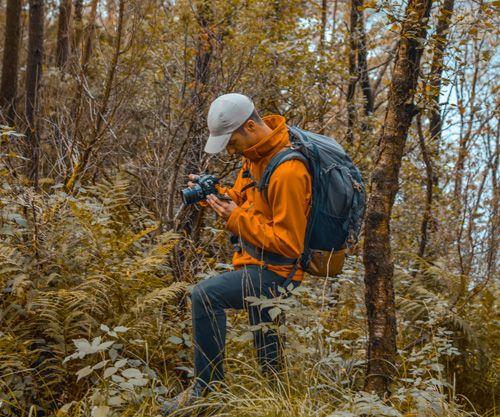 Chico haciendo fotos a la naturaleza en Preikestolen