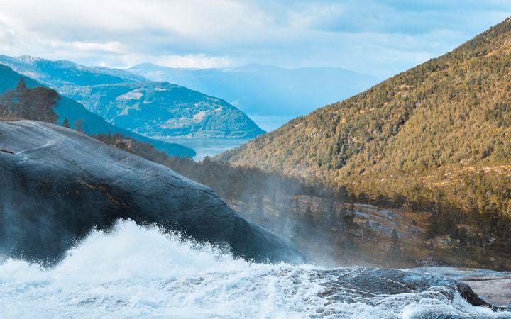 Encima de la cascada Sotefossen con el fiordo de Kinsarvik al fondo