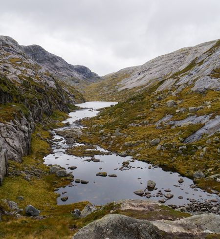 lago en mitad del camino a Kjeragbolten
