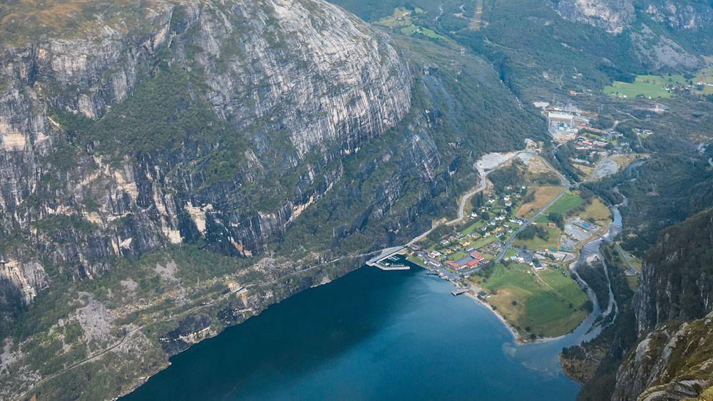 el pequeño pueblo de Lysebotn con el fiordo Lysefjord