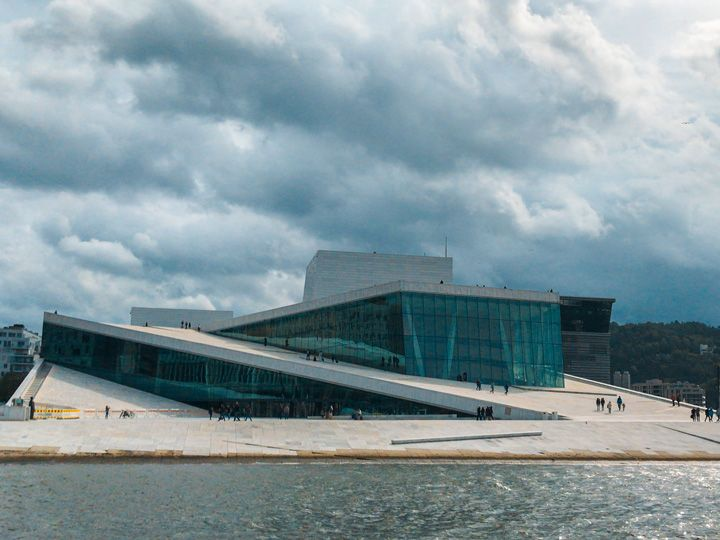 Opera de Oslo con su particular arquitectura moderna