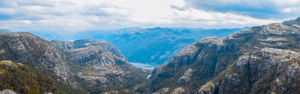 Vista panorámica del paisaje de la ruta a Preikestolen