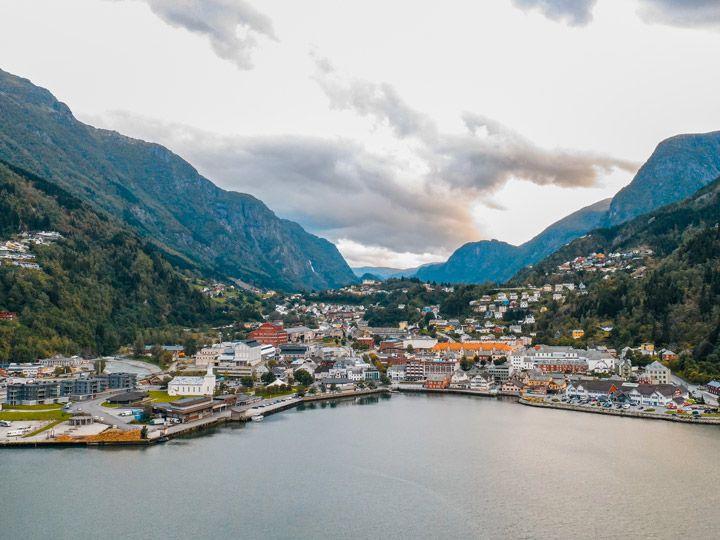 panoramica del pueblo de Odda junto al fiordo