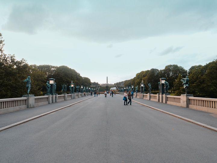 Entrada principal del parque Vigeland en Oslo