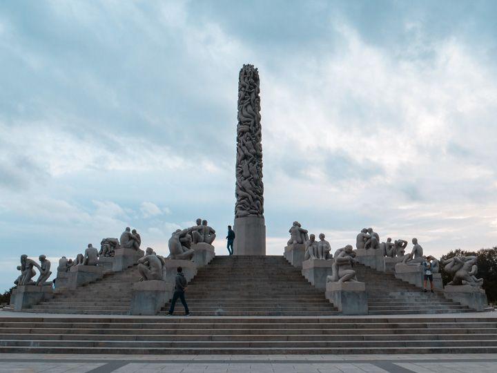 Escalinata y monumento famoso del parque de Vigeland