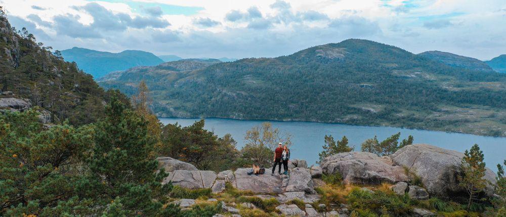 Sendero de la ruta a Preikestolen con el lago de fondo