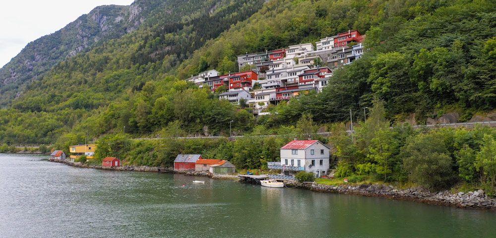 casas y pequeño puerto en la zona este de Odda
