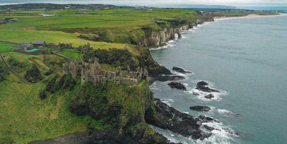 Dunluce Castle y sus acantilados a vista de dron