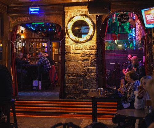 Interior de un bar irlandés