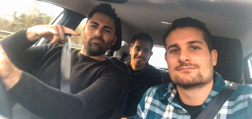 Los tres viajeros con el coche de alquiler de Irlanda