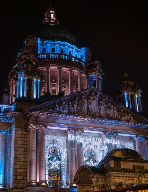 Iluminación del ayuntamiento durante el mercado de navidad de Belfast