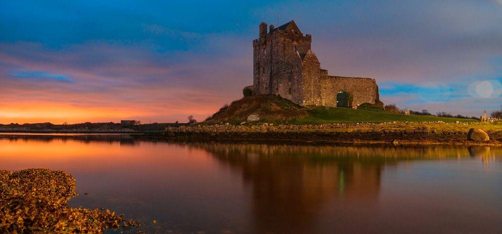 El castillo de Dunguaire de noche