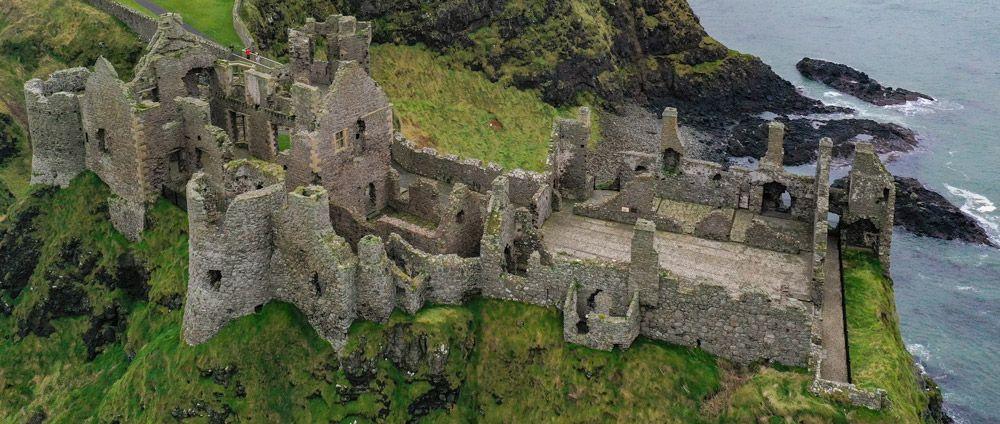 interior de Dunluce Castle a vista de dron