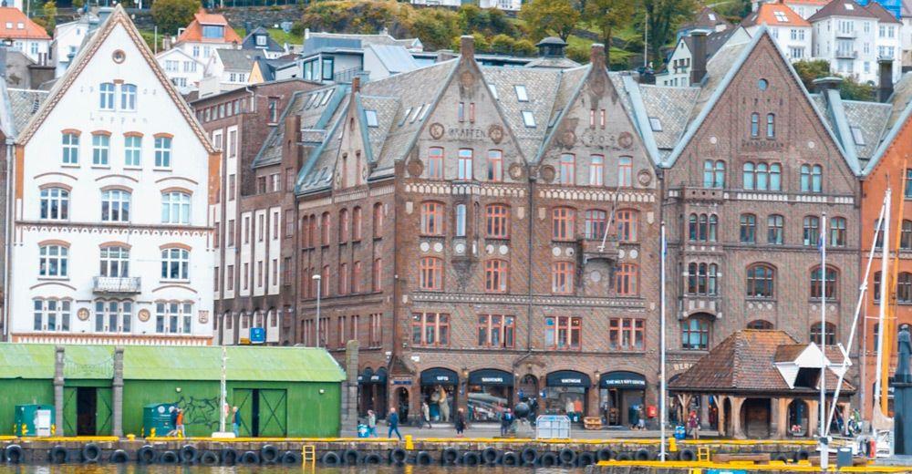 Paseo martítimo de Bergen con grandes edificios típicos de Bergen