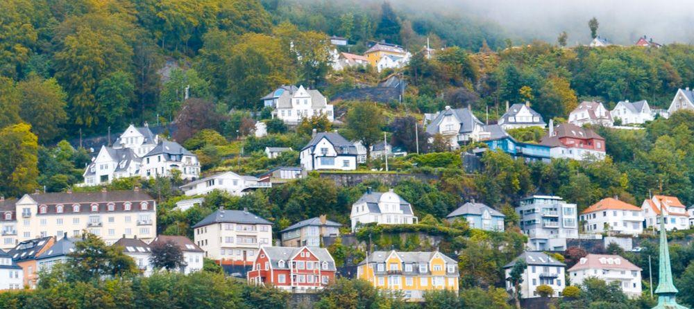 Casas y arboles en una costera de la montaña para visitar Bergen en un día