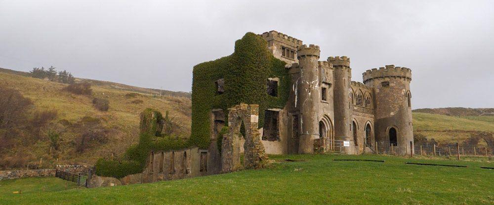 Clifden Castle y su verde entorno