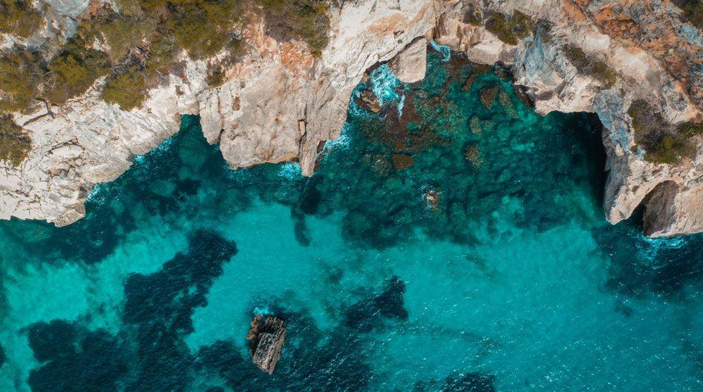 vista aérea de una cala de menorca
