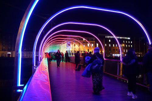 Puente irlandés iluminado