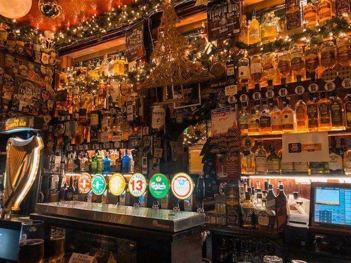 interior de The Temple Bar con incontables botellas de alcohol
