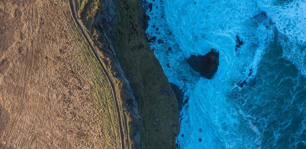 Perspectiva perpendicular a los Cliffs of Moher en dron