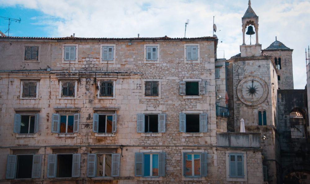 Antiguo edificio con campanario del Palacio Diocleciano