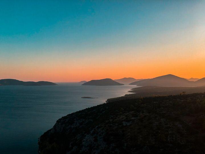 Atardecer sobre las islas del mar Adriático en Croacia