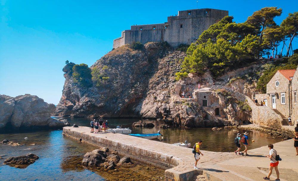 Bahía con su embarcadero y el fuerte Lovrijenac detrás en lo alto del acantilado