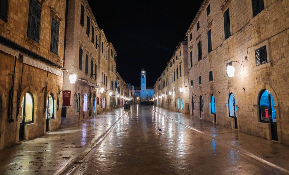 La calle principal de Dubrovnik llamada Stradun por la noche sin gente paseando