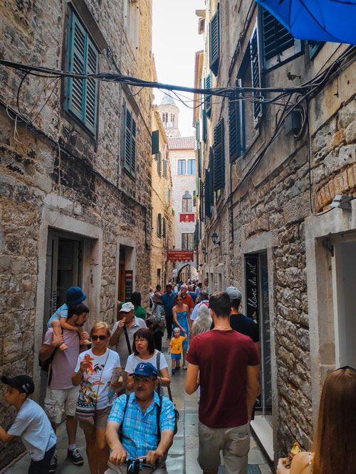 Carrer ple de gent durant la visita per Split i el seu palau Dioclecià