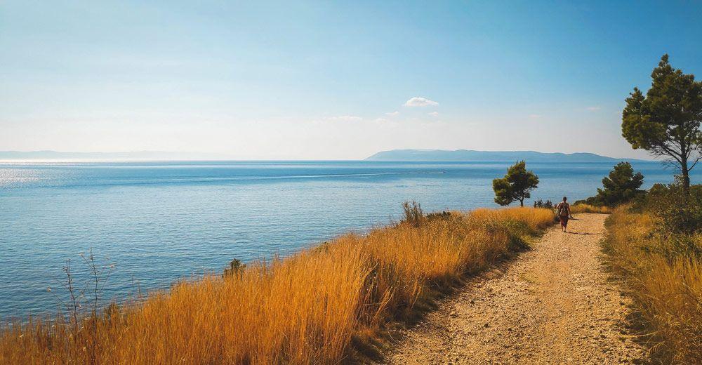 Camino de tierra hacia la playa de Makarska en la costa Dálmata