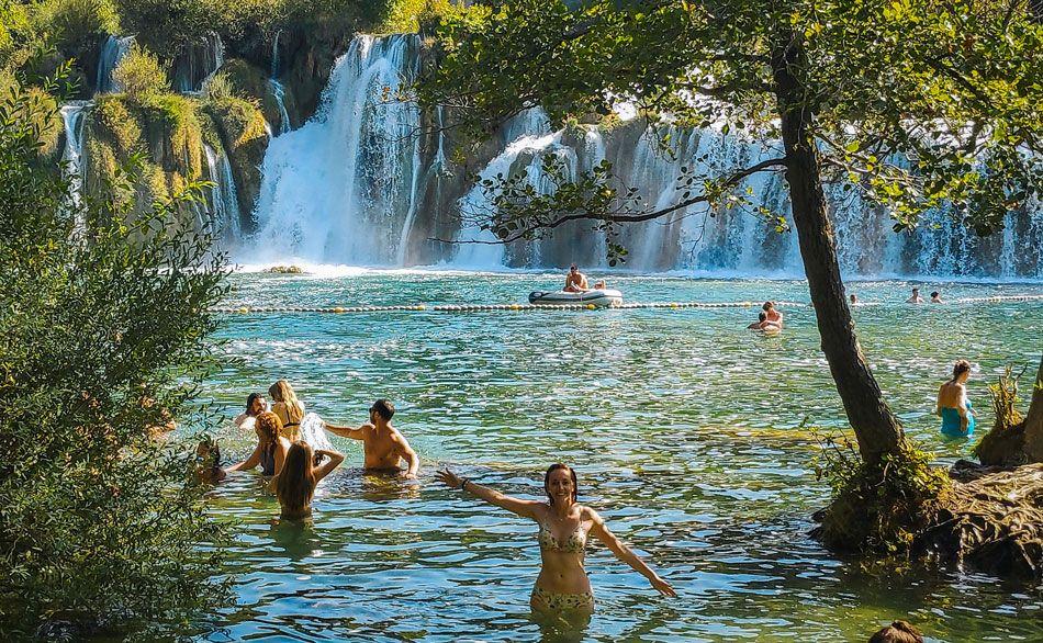 Chica bañándose en el lago de la casacada Skradin del Parque Krka en Croacia