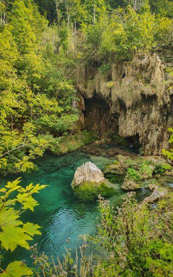 Laguna de agua turquesa rodeada de vegetación en los Lagos de Plitvice