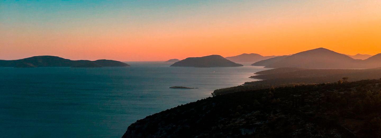 Posta de sol en la costa dalmata de croacia