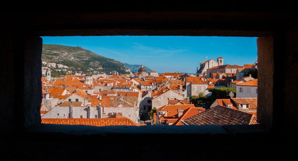 Vista de los tejados de Dubronik desde un agujero de las murallas