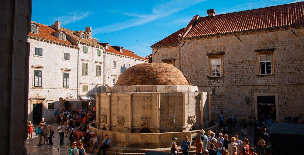 Plaza de la Fuente Onofrio llena de gente en el interior de Dubrovnik, la Perla del Adriático