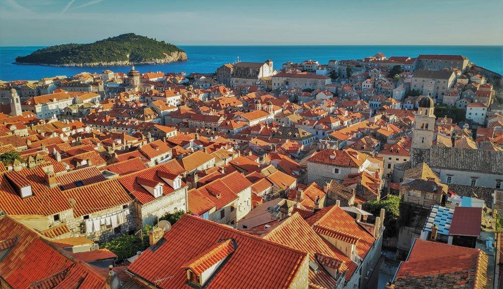 Panoramica del casco antiguo de Dubrovnik con la isla Lokrum al fondo