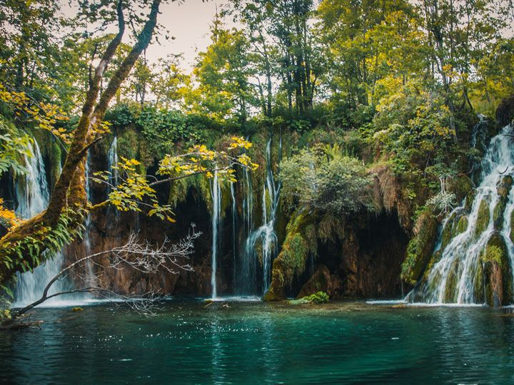 Saltos de agua alrededor de una laguna en el Parque de los Lagos Plitvice